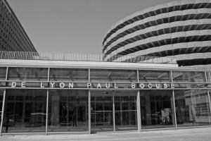 Eingangsbereich der Markthalle von Lyon mit Parkhaus im Hintergrund