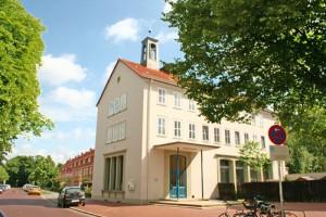 Gemeindehaus mit Reihenhaeusern