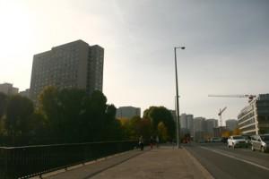 Breite Straße mit Hochhäusern im Hintergrund